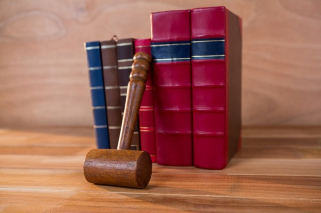 judges-gavel-with-books_1252-735